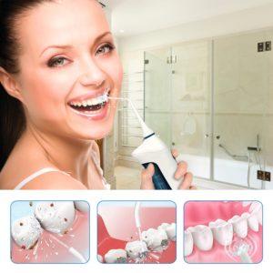 Frau reinigt Zähne mit Munddusche Broadcare