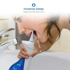 Frau reinigt Zahnzwischenraum mit Munddusche