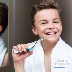 Junge verwendet Mobile Munddusche