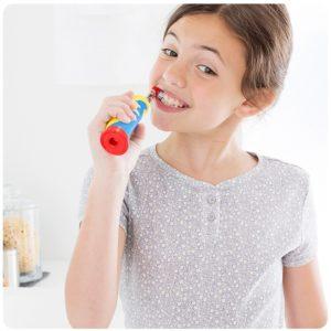 Kind putzt Zaehne mit Oral B