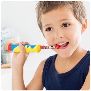 Kind bei Zahnpflege mit Oral-B Stages Power Kids